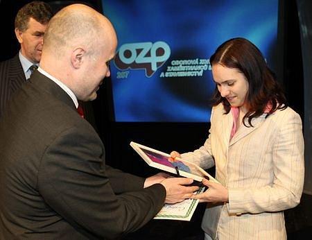 Jednotlivci mládež 6. místo Klára Kolomazníková atletika Liaz Jablonec n. N. Cenu převzala od ředitele pivovaru Malý Rohozec Františka Jungmanna.