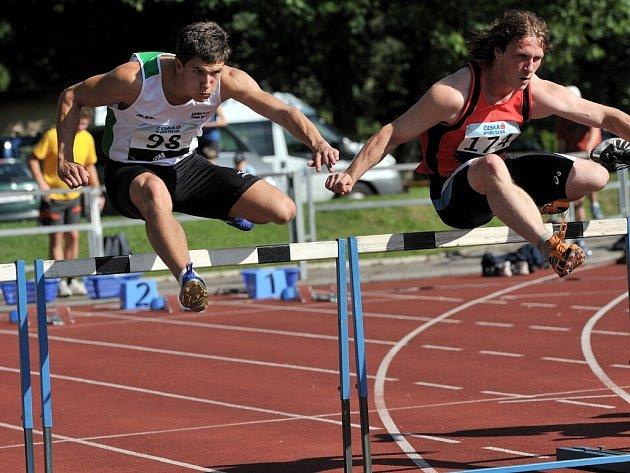 Překážky. Jan Solfronk (vlevo) překonává překážku v úvodní disciplíně druhého dne.