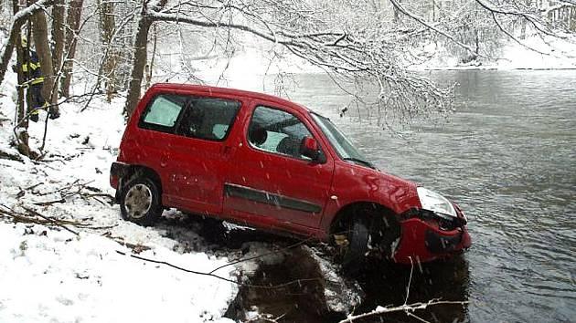 CITROËN V ŘECE. Při nehodě naštěstí nedošlo ke zranění osob ani ke znečištění řeky Jizery. Na autě vznikla škoda osmdesát tisíc.