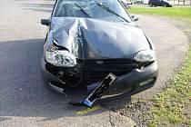 Řidič Fordu Escort narazil do autobusové zastávky.