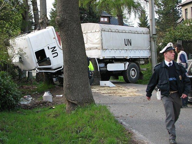 V Rádle na Jablonecku došlo na 1. května odpoledne k vážné dopravní nehodě. Řidič nákladního vozu strhl řízení na úzké silnici a narazil do stromu. Kabina se překlopila. Spolujezdce převezli záchranáři k ošetření. Řidič z  místa utekl.