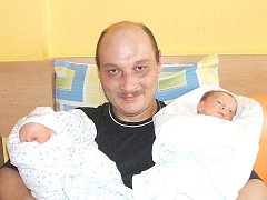 Jindřich Polák s dvojčaty Nikolkou a Jindřichem