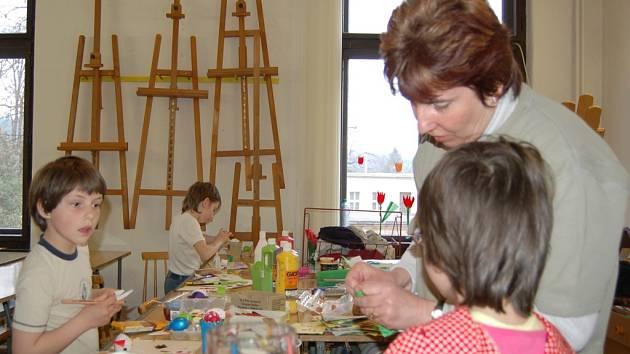 Dětem pomáhala lektorka kurzu Ilona Pětníková.