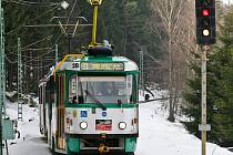 Tramvajová trať mezi Libercem a Jabloncem nad Nisou je dlouhá 13 km. (Na snímku v Zeleném údolí) Jízdní doba je podle jízdního řádu půl hodiny. V celé trase jezdí linka č. 11.
