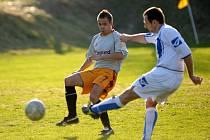 FK Pěnčín s FK Cvikov. Ve vyrovnaném utkání se nakonec radovali z vítězství domácí brankou střídajícího Vasila Nemyrovského. Na snímku domácí obránce Kulhánek ( vlevo s č. 7 ) brání střele cvikovského hráče.