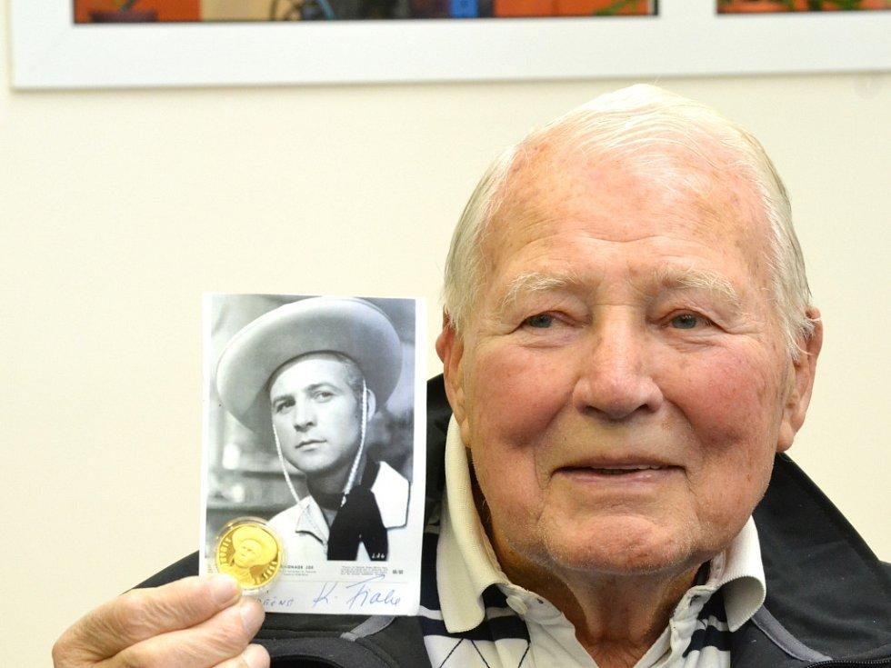Představitel Limonádového Joe - Karel Fiala si v jablonecké mincovně vyrazil vlastní medaili.