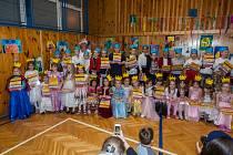Slavnost slabikáře, tradiční slavnost nových prvňáčků, proběhla 14. listopadu na Základní Škole Liberecká v Jablonci nad Nisou. Na snímku jsou prvňáci z 1. B a třídní učitelka Sylva Spívalová.
