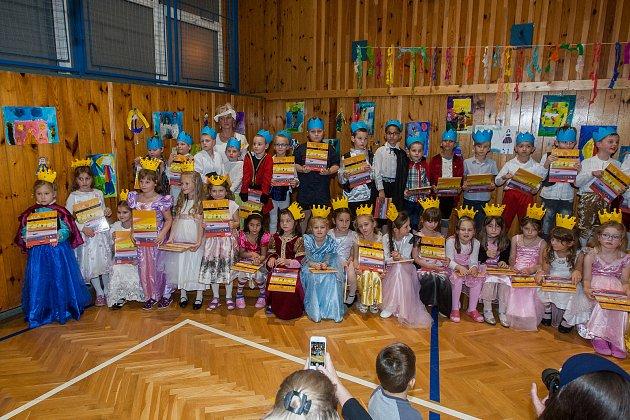 Slavnost slabikáře, tradiční slavnost nových prvňáčků, proběhla 14.listopadu na Základní Škole Liberecká vJablonci nad Nisou. Na snímku jsou prvňáci z1. B a třídní učitelka Sylva Spívalová.