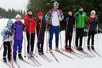 TRENÉR Jizerského klubu lyžařů Patrik Chlum (uprostřed) už se svými svěřenci vyrazil za sněhem na Horní Mísečky. První závody je mají čekat v Lučanech na začátku ledna.