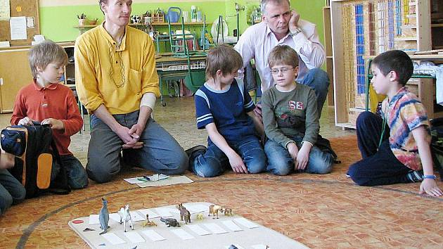 Montessori třídy na ZŠ 5. května v Jablonci budou mít vlastní vstup do školy. Docházelo ke konfliktům mezi žáky z druhého stupně běžných tříd a dětmi z prvního stupně Montessori.