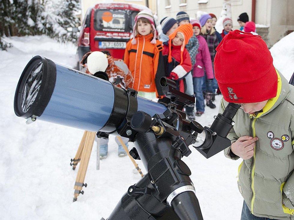 Dětem ze Základní školy v Jablonci nad Nisou Rýnovicích zprostředkovali členové Klubu astronomů Liberecka Aleš Majer a Martin Gembec pohled přes svoji techniku na částečné zatmění Slunce.