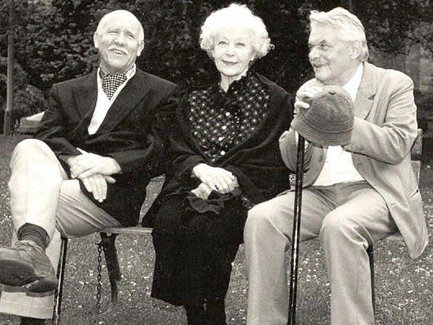 Tři na lavičce.