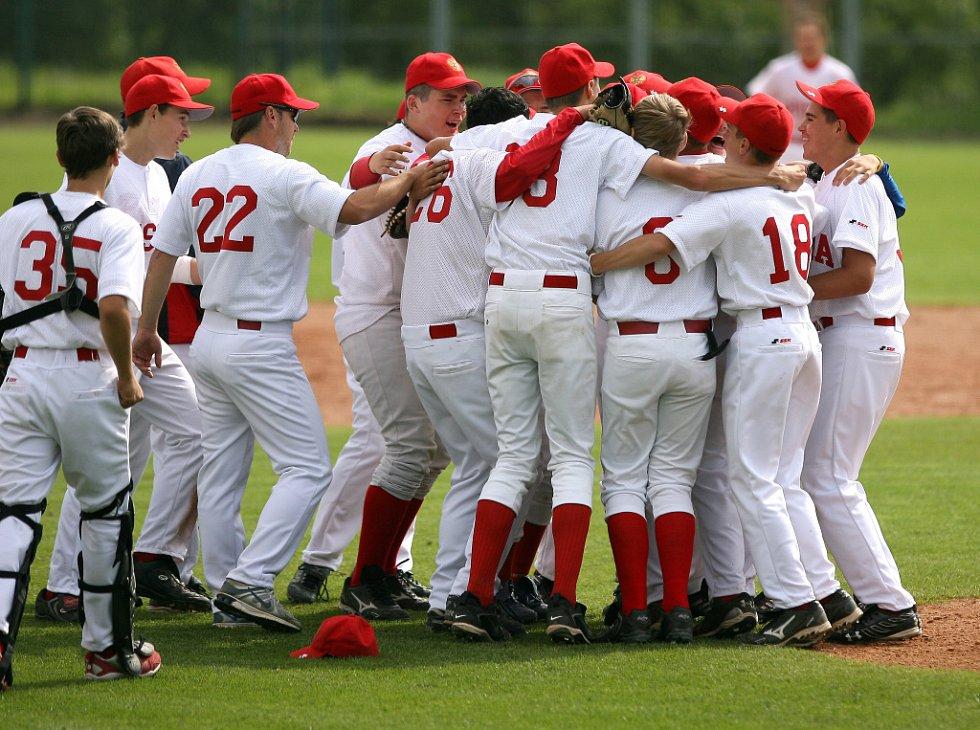 Český tým v boji o bronzové medaile prohrál s Ruskem (v bílém) 7:2 a skončil tak na čtvrtém místě.