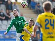 Zápas 23. kola 1. fotbalové ligy mezi týmy FK Jablonec a FC Fastav Zlín se odehrál 9. dubna na stadionu Střelnice v Jabloneci nad Nisou. Na snímku zleva Vít beneš a Vukadin Vukadinovič.