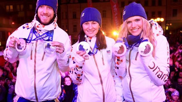 ZAPLNĚNÉ NÁMĚSTÍ BOUŘLIVÝM POTLESKEM přivítalo účastníky Zimních olympijských her v Soči, kteří mají vztah k Jablonecku. Tedy biatlonisty a rodáky. Přijela i Gabriela Soukalová, Veronika Vítková a Jaroslav Soukup s medailemi.