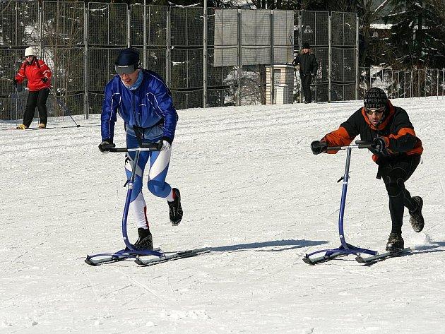 Richard Jisl, fyzioterapeut, je nejznámější jablonecký koloběžkař, vicemistr světa a vítěz Evropského poháru ve footbikingu. Spolu s bratrem Jaroslavem trénují na kicksledu v Jizerských horách.