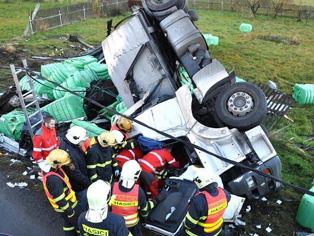 V úterý ráno se převrátil naložený polský kamion na silnici v Pěnčíně. Spolujezdkyni z tahače hasiči museli ze zdemolované kabiny vystříhávat. Zraněnou pak vrtulník letecké záchranné služby transportoval do nemocnice.