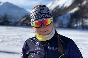 Nikol Benešová je lyžařský talent, který po ukončení gymnázia zahájí studium vysoké školy, ale sportu se nevzdá