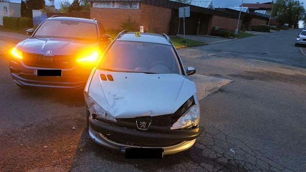 Řidič v Jablonci nedal přednost v jízdě. Nehoda si vyžádala zranění