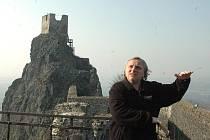 Kastelán zříceniny hradu Trosky Lubomír Martinek ukazuje z věže Baba na věž Panna, probíhala poslední etapa rekonstrukce místních hradeb.