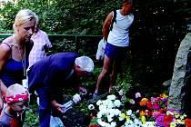 Na místě neštěstí dnes stojí pomníček. Každý rok, 25. srpna kolem 13. hodiny se zde scházejí známí a příbuzní obětí, i lidé, kteří chtějí projevit účast. Letošního setkání a Memoriálu obětí železničního neštěstí se zůčastnilo na padesát vzpomínajících.