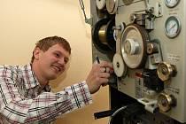 Pro studenty SPŠ strojnické v Jablonci škola zakoupila novou učební pomůcku. Je to stroj zvaný drátořez, který pořídila za výhodných 400 000 korun. Na snímku student čtvrtého ročníku Tomáš Soldát.