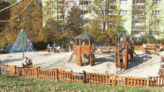 Dětské hřiště na sídlišti Vápenka.