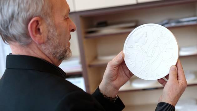 Výtvarné předlohy pro mincovnu v těchto dnech dokončují akademický sochař Jiří Dostál (s vousem) a medailér a pedagog, který učí nové nadějné umělce, Petr Horák.