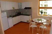 Kuchyňka v bytové jednotce odlehčovací služby.