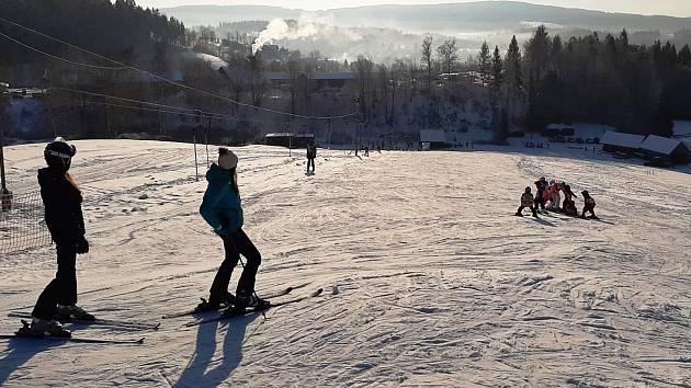 Lyžování na vleku U pily v Lučanech nad Nisou. Jeden z mála níže položených vleků v Jizerských horách, který jezdí.