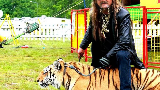 Principál Národního cirkusu Jo-Joo Jaromír Joo na vycházce.