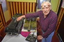 Modelář Vladimír Mohr ze Semil a jeho některé výtvory. Na snímcích americká samohybná houfnice M109 Paladin nebo kluzáky, s kterými i závodil.