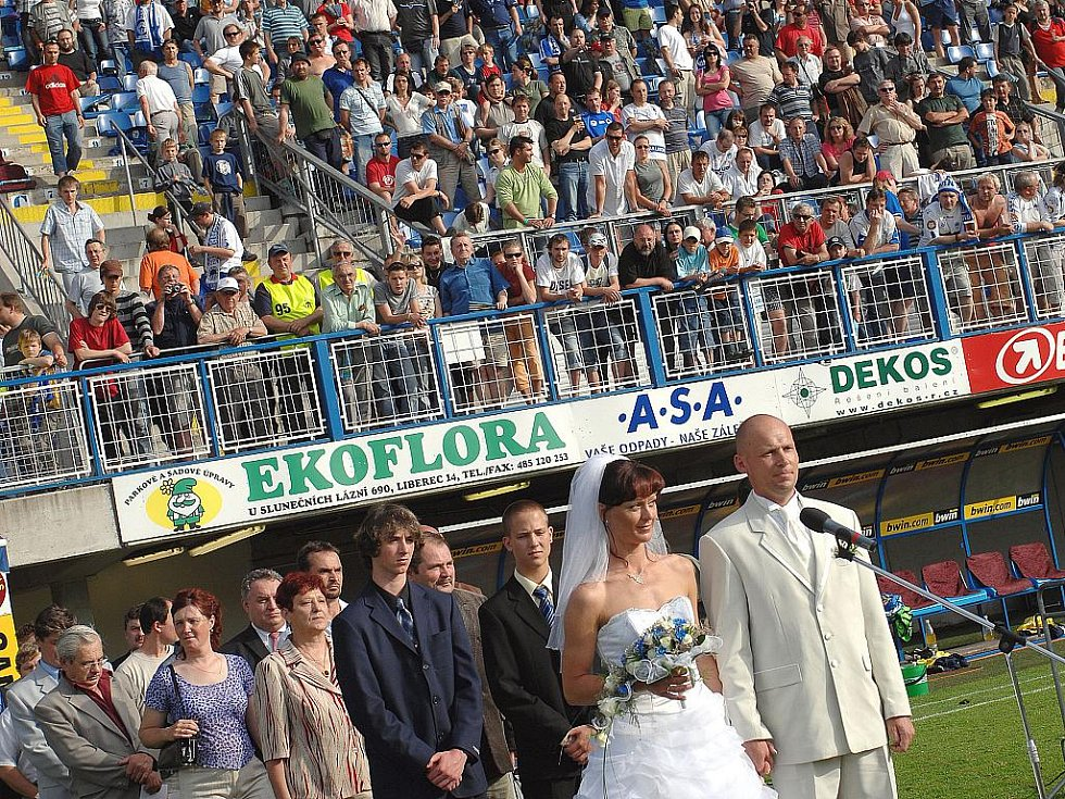 Svatba přímo na hřišti před utkáním Liberce s Teplicemi.