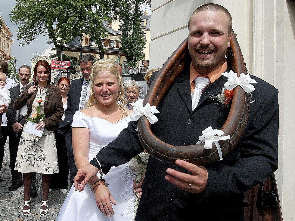 8. 8. 2008 Magické datum přilákalo do kostela sv. Anny v Jablonci Michaelu Hauferovou se snoubencem.