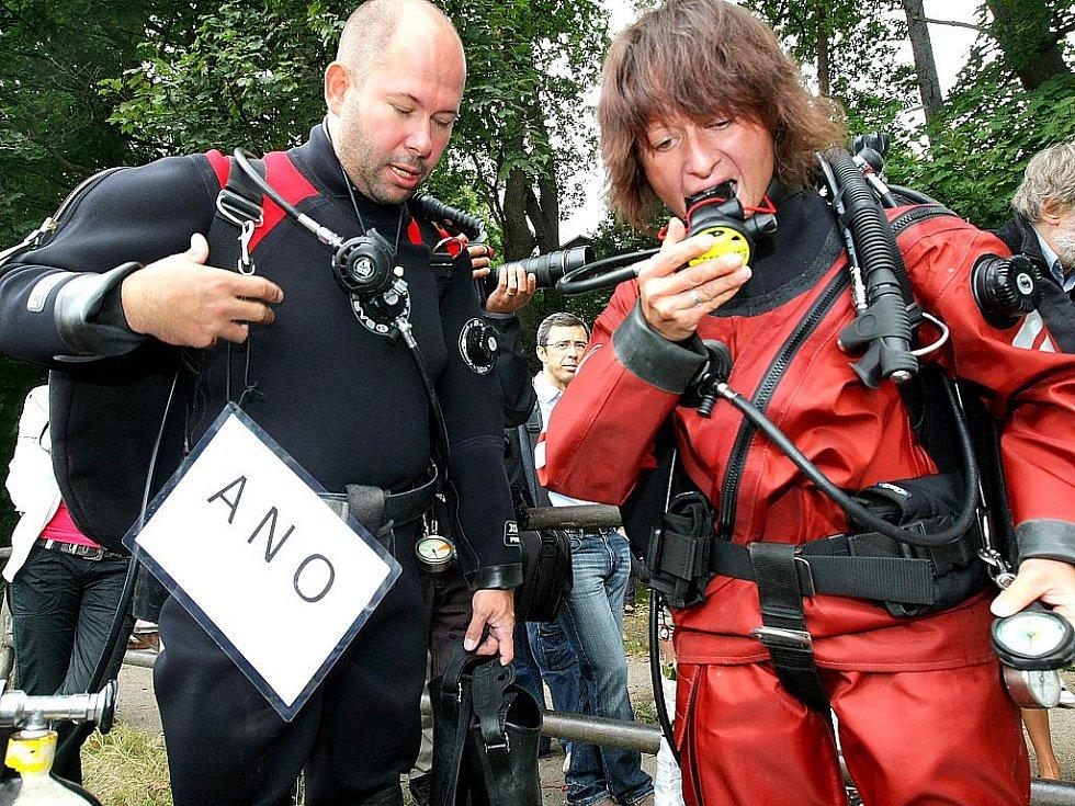 Své ano novomanželé Michaela Loudová a Tomáš Sládek – na dně Harcovské přehrady v Liberci. Oddávající Ivo Palouš s matrikářkou museli absolvovat krátký potápěčský kurz.