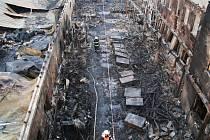 Hasiči ve vyhořelé hale