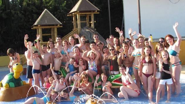 Děti ze Základní školy Liberecká a několik dalších školáků si už užívá prázdniny. S DDM Vikýř a jabloneckým ČČK u španělského moře.
