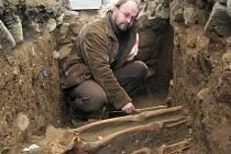 Petr Brestovanský měří kosti nalezené v Raspenavě