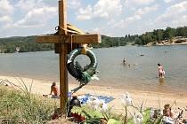 Na jablonecké přehradě je pomníček sedmnáctiletého chlapce Aleše Bartoše, který přesně před rokem 2. srpna 2007 kolem  desáté hodiny večerní v místech bývalé půjčovny lodiček utonul.