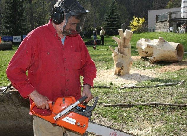 V Desné v Jizerských horách začalo sympozium řezbářů. Výsledné sochy budou na závěr vydraženy.