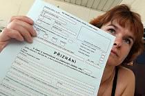 Finanční úřad v Tanvaldě. Daň z nemovitosti. Na snímku s formulářem pracovnice úřadu Alena Jonoušková.