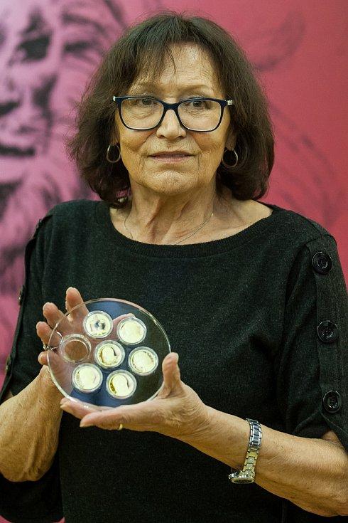 Zpěvačka Marta Kubišová navštívila 5. října Českou mincovnu v Jablonci nad Nisou u příležitosti ražby zlaté mince se svým portrétem. Na snímku je s kolekcí mincí Slavíci ve zlatě.