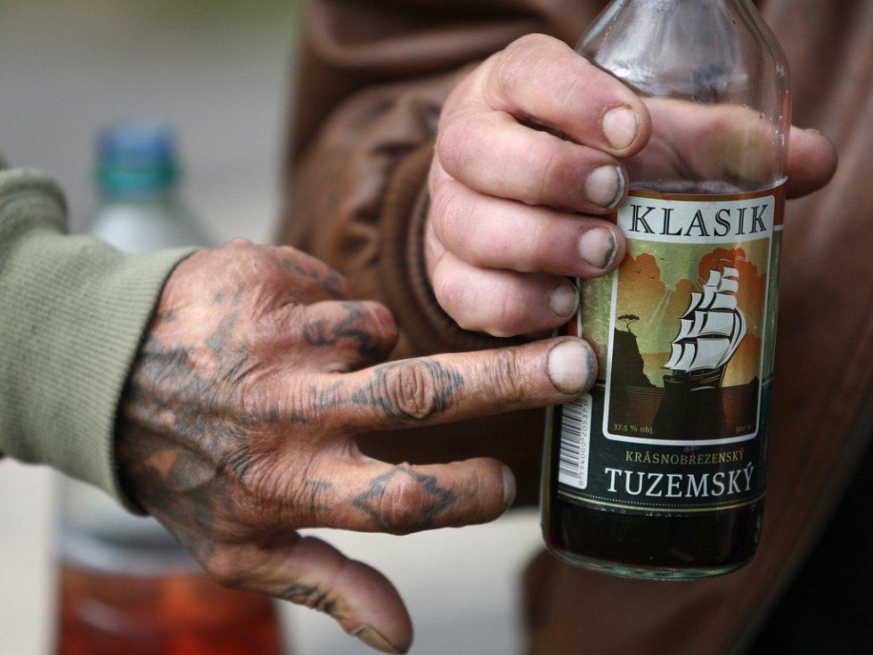 """Prohibice. Českolipským bezdomovcům nevadí, na láhev tvrdého nemají, míchají si do ní ale zbytky a """"krabičák""""."""