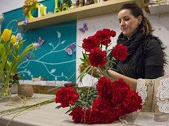 Mezinárodní den žen je oblíbený svátek, ke kterému již řadu let patří květiny a zejména karafiáty. Nafoceno v jabloneckém květinářství.