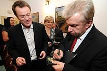Houslový virtuoz Jaroslav Svěcený a rockový klavírista Michal Dvořák hostovali v jabloneckém Městském divadle s projektem Vivaldianno tour. Na snímku s ředitelem divadla Pavlem Žurem.