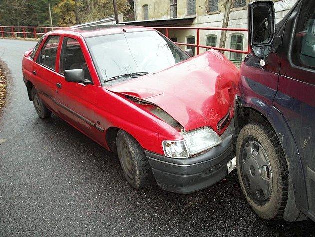 SRÁŽKA PROTIJEDOUCÍCH AUT. Řidič Fordu Escort jel do zatáčky příliš rychle a narazil do protijedoucího Fordu Tranzit.
