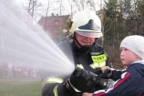 Jednotky Sborů dobrovolných hasičů hraji nedocenitelnou roli při zásazích různého chrakteru. Na snímku člen SDH Jablonecké Paseky při pálení čarodějnic.