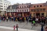 Před radnicí na Mírovém náměstí v Jablonci demonstrovalo zhruba pět stovek lidí.
