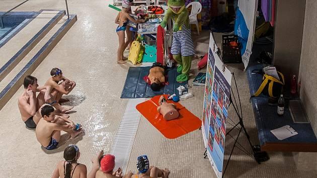 Vodní záchranář žabák Kvaky se svým týmem navštívil 22. listopadu plavecký bazén v Jablonci nad Nisou.