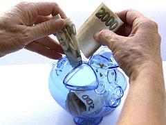 Kasička s penězi. Ilustrační snímek.